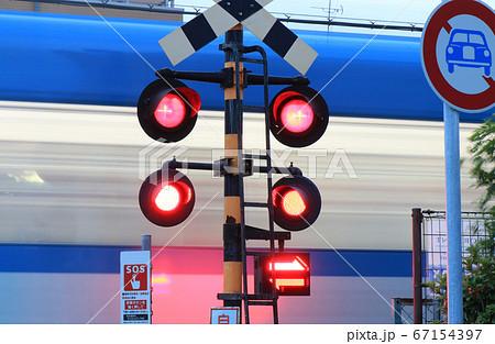 夕暮れの踏切り 阪神電車打出駅付近 67154397