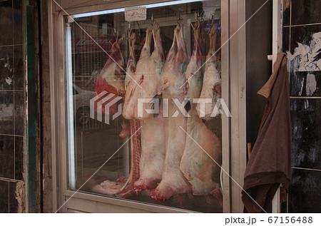 【ヨルダン】イルビッド、肉屋の店頭ガラスケース内に吊るされた羊の肉 67156488
