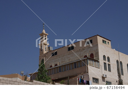 【ヨルダン】ザルカ、住宅街の一角に立つモスク 67156494