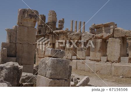 【ヨルダン】アンマン、郊外に佇むイラクアルアミール遺跡の崩れた石柱 67156506