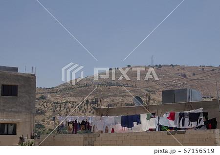 【ヨルダン】アンマン、郊外の住宅のテラスに干された洗濯物 67156519