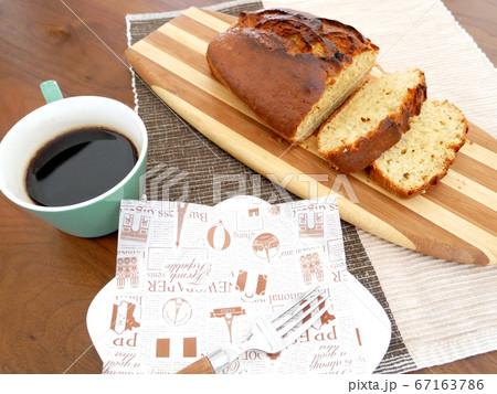 カッティンボードに置かれたパウンドケーキとコーヒー 67163786