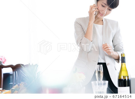 スマホで通話する女性【ビジネスランチ】 67164514