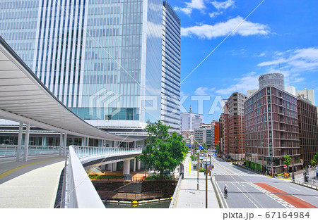 新緑の横浜。初夏の横浜市市役所の新市庁舎への連絡通路から見る、関内のオフィス街の風景 67164984