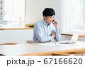 テレワークで電話する若い男性 67166620