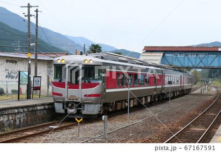播但線の特急「はまかぜ」生野駅に停車 67167591