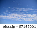 穏やかな印象の青空です。空の背景素材 67169001