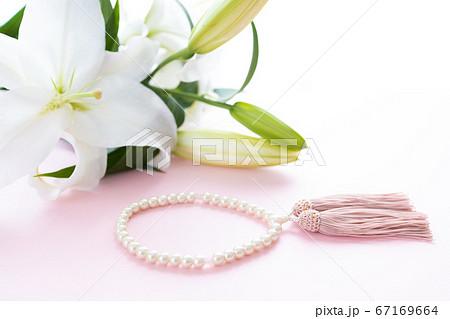 数珠と百合の花の物撮り 67169664