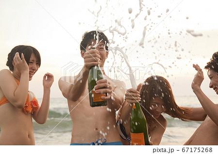 シャンパンを開ける男女 67175268