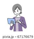 タブレットをもつシニア女性 67176679