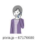 電話をするシニア女性 67176680