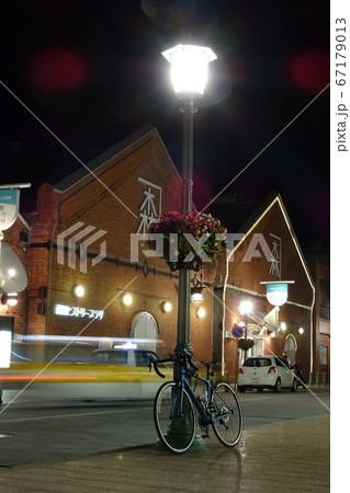 街路灯とロードバイク 函館金森赤レンガ倉庫 67179013