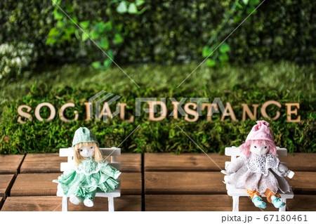距離を保ちイスにすわるメルヘン人形 67180461