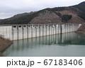 小山ダムの湖に反射する風景 67183406