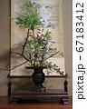 お正月の床の間に飾った鶴の掛け軸と生け花 67183412