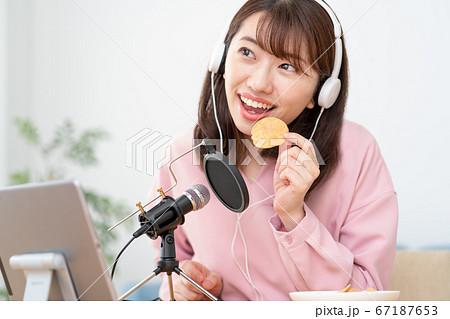 YouTubeで咀嚼音を配信する若い女性 67187653