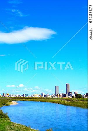 岐阜市、長良川と岐阜駅前高層ビル群の風景 67188878