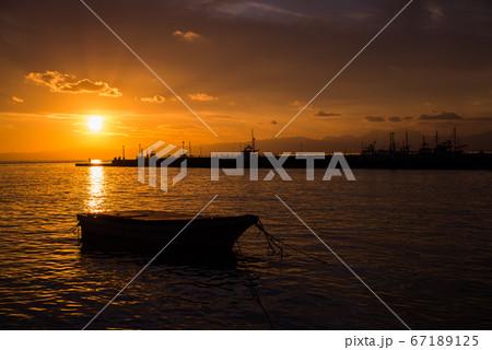 オレンジ色の海と山の江ノ島夕焼け 67189125