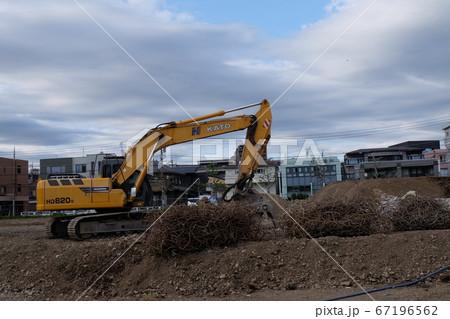 工事現場に置いてあるショベルカー 67196562