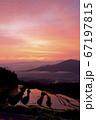 佐賀県有田町岳の棚田の朝焼け 67197815