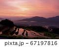 佐賀県有田町岳の棚田の朝焼け 67197816