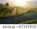 佐賀県有田町岳の棚田の朝の風景 67197818