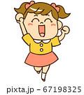 笑顔でジャンプする女の子① 67198325