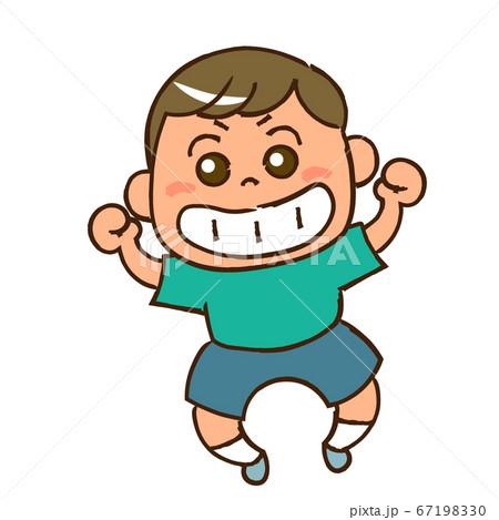笑顔でジャンプする男の子① 67198330