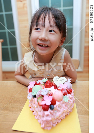 ハート型のケーキでハッピーバースディ 67199225