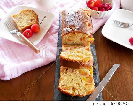 焼き立てのさくらんぼのパウンドケーキ 67200935