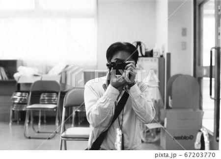 フィルムカメラで写真を撮る映画監督 67203770