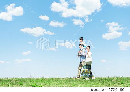 家族、青空、肩車、見上げる 67204804
