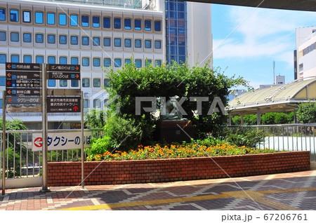 神奈川県藤沢市 藤沢駅南口2F通路の案内板と町並み 67206761