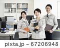 作業着姿で働くビジネスチーム 67206948