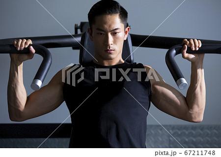 ジムでトレーニングする男性 67211748