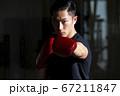 ボクシングをする男性 67211847