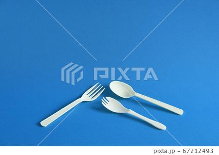 使い捨てプラスチック製のスプーンとフォーク 背景青色 67212493