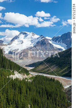 ジャスパー国立公園のロッキー山脈と曲がりくねった川 67212554