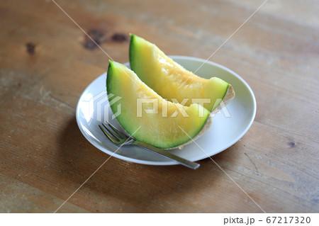 白い皿の上にあるよく熟れたデザートのメロン 67217320