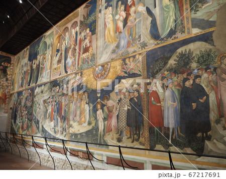 斜めから見る壁一面に描かれた色鮮やかな宗教画 67217691