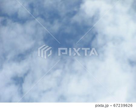 長くぐずついた梅雨の合間の青空と白い雲 67239626