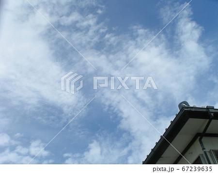 長くぐずついた梅雨の合間の青空と白い雲 67239635