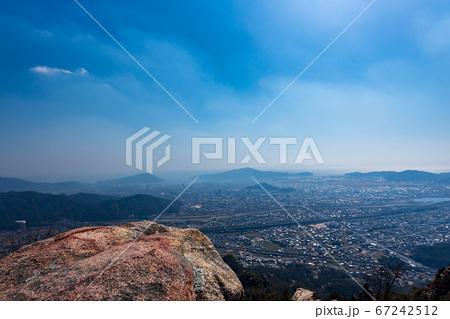 右田ヶ岳山頂から防府市の街並みと周防灘 67242512