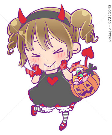 お菓子の入ったかぼちゃ型のかごを持っているハロウィン仮装の女の子_小悪魔 67251048