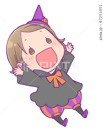 両手を上げて笑っているハロウィン仮装の女の子_魔女 67251051
