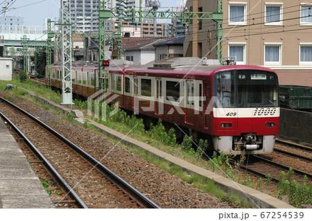 京浜急行京急本線、京急新子安・子安駅間を走る普通列車(新1000形) 67254539