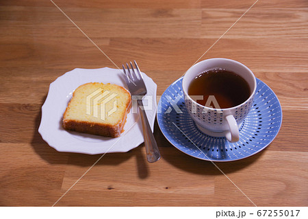 食事の後のデザートのパウンドケーキと紅茶 67255017