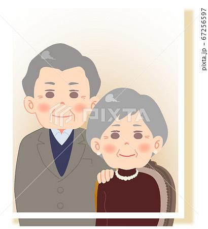 仲睦まじいシニア夫婦 - 記念撮影・座位 67256597