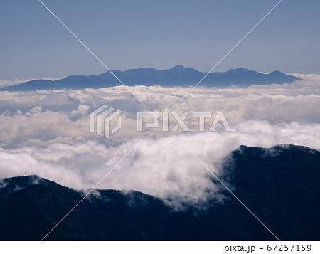 日本百名山の槍ヶ岳から見えた山岳ヘリ 67257159
