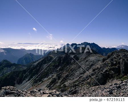 日本百名山の槍ヶ岳の登山道の大喰岳から見える中岳と青空 67259115